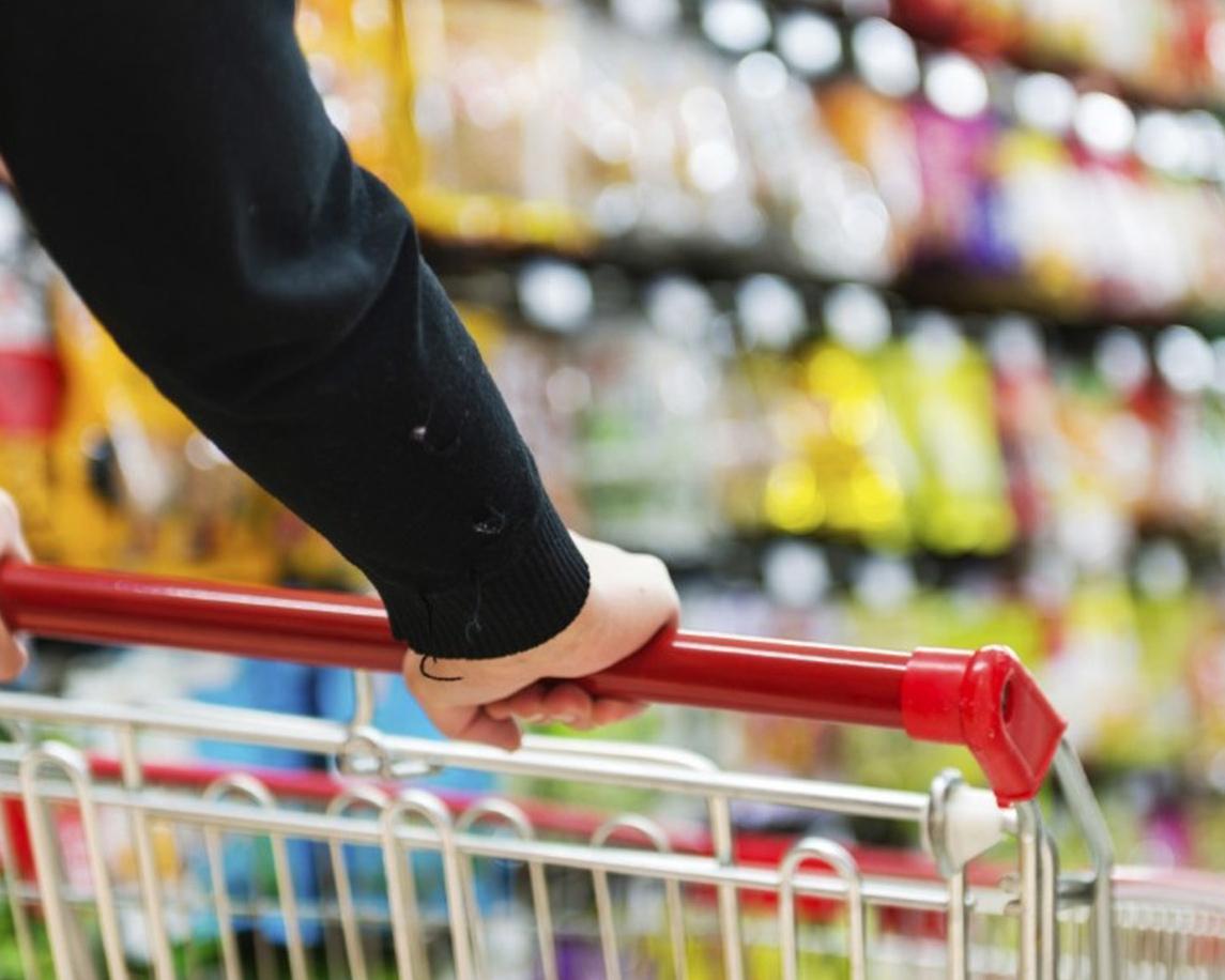 Carro de supermercado empujado por el brazo de una persona